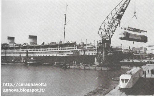 Caricamento dell'elemento centrale dell'ETR 200 a bordo del Rex, da ceraunavoltagenova.blogspot.it