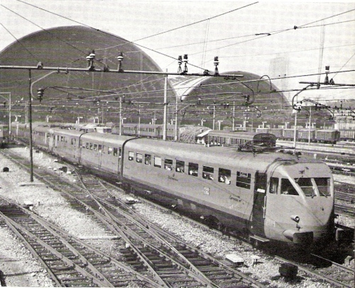 """Agosto 1960 - Freccia Vesuvio (due ETR accoppiati) in partenza da Milano Centrale - Da """"Le foto di Corrado"""", forum ferrovie.it"""