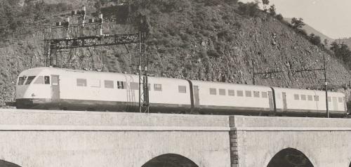 In una corsa di prova, l'ETR.200 transita sotto un segnale a candeliere nei pressi di Grizzana sulla Bologna-Firenze