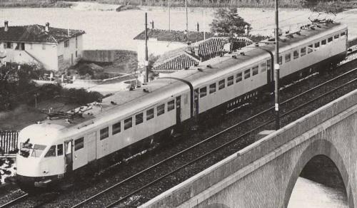 In una rara inquadratura dall'alto di un ETR.200 in prova possiamo vedere l'imperiale. In coda la BDU. Dettaglio da una foto presso la stazione di Vado-Monzuno sulla linea Firenze-Bologna.