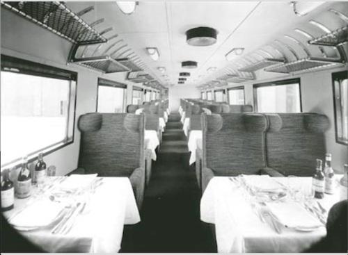 Immagine degli interni dell'ETR.200 prima serie, carrozza B apparecchiata per servire il pranzo.