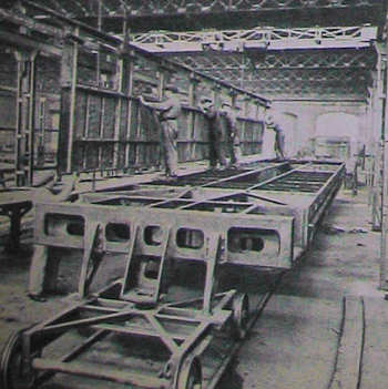 Montaggio di una delle pareti laterali esterne sul telaio dell'ETR.200, visto dalla testata posteriore, in corrispondenza dell'articolazione su uno dei due carrelli intermedi