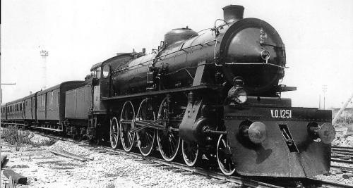 690.021 A bolgna nel 1932, con vomere sgombraneve e fascio littorio. Foto FS da marklinfan