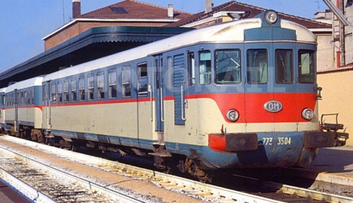 In una inquadratura simile alla precedente, una macchina della serie precedente (la 3504) a Mantova nel 1991. Si può notare la differenza delle porte. Foto © Stefano Paolini da photorail,com