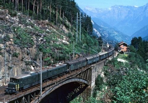 Una Ae 8/14 nel 1981 sulla rampa Nord del Gottardo, foto ç Jean Marc Fryboug da http://www.railpictures.net.