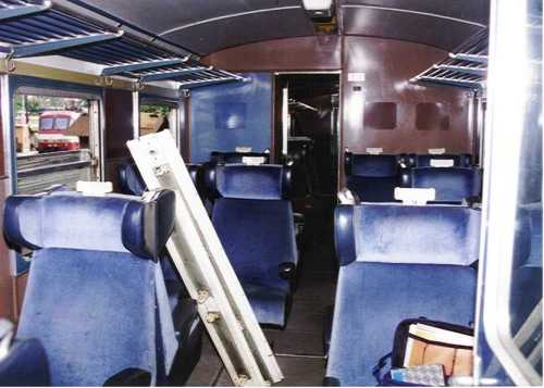 Roma S.L. - 1997 - ALn 773.3516 Vista degli interni di prima classe in velluto blu con la caratteristica disposizione alternata dei sedili. (Foto © Corrias da graftreni.it)