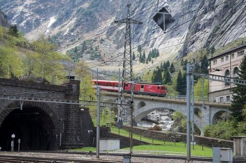 Göschenen, a sinistra l'imbocco del tunnel di sommita', a destra la cremagliera che si inerpica verso Andermatt (Foto da http://www.swissinfo.ch/)