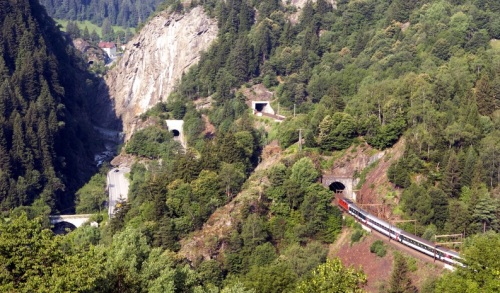 Zona di Dazio Grande. Si vede iln basso a sinistra il ponte ferroviario sul fiume, e sulla destra la ferrovia che corre dopo aver guadagnato quota grazie all'elicoidale. Foto ç O.Giulini, Airolo