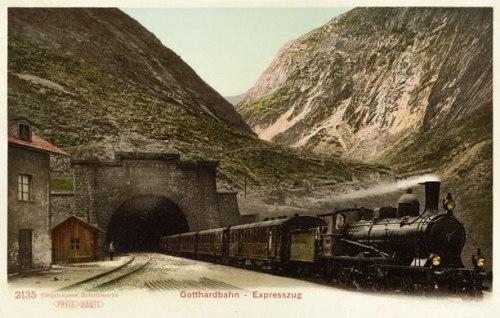 Un'immagine storica: un espresso esce dalla bocca del tunnel del Gottardo a Göschenen. Postkarte. © ETH-Bildarchiv, Zürich