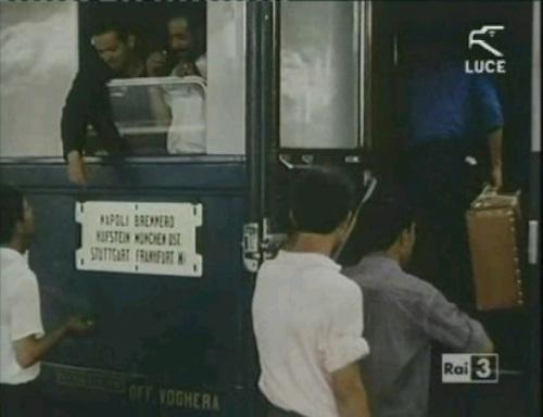 """Carrozza """"Treno Azzurro"""" con tabella di percorrenza Napoli-Francoforte via Brennero. Fotogramma da un filmato Luce, grazie a Gigi Voltan"""