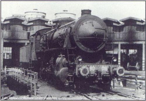 La locomotiva 480.016 che si trovava in testa al treno 8017, fotografata nel 1966, ancora in servizio nel Deposito Locomotive di Catania (foto Boddi, collezione Cinzio Gasparini). Da trenidicarta.it