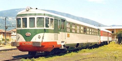 ALn.773.3517 in verde con un rimorchio in rosso a Brescia nel 1964. Foto © Pedrazzini de photorail.com