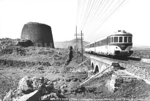 Coppia di ALn.773 con rimorchio nel 1958 a SanIuri, in Sardegna. Foto Min.Trsporti da photorail.com