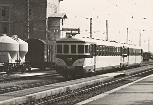 """Coppia di FS ALn 773 """"Gondoliere"""" pass a Kirchbichl (Luglio 1962). © 03-2009 Heinrich WEisz HŠringerstr.13 A-6322 Kirchbichl Tel. (05332) 81125 Fahrdienstleister a.D. von 1957 bis 1970 Fahrdienstleiter auf der Strecke Kufstein-Innsbruck."""