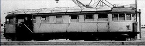 Una 025 con la lamiera protettiva sull'imperiale rimossa. Quelli che possono sembrare pantrografi nono in realtà una gru sullo sfondo del porto.