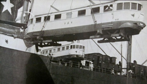 Altra immagine dello sbarco delle prime littorine a Massaua. Sulla fiancata si vede distintamente la sigla A62