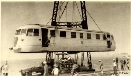 1936: L'arrivo delle littorine al porto di Gibuti. SI può notare il carrello già scaricato, e pronto per appoggiarci sopra la cassa. 1Foto © Collezione Jean-Pierre Crozet